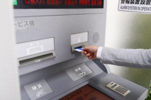 アコムが利用できる銀行は?提携ATMは?